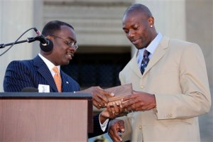Hell Terrell Owens got a Key to the City! AP Photo/David Duprey