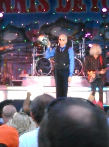 Dennis DeYoung holding the mask of Mr. Roboto.