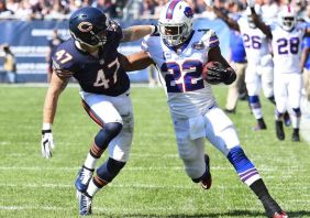 Fred Jackson Stiff Arms Bears Safety for 20 yards!