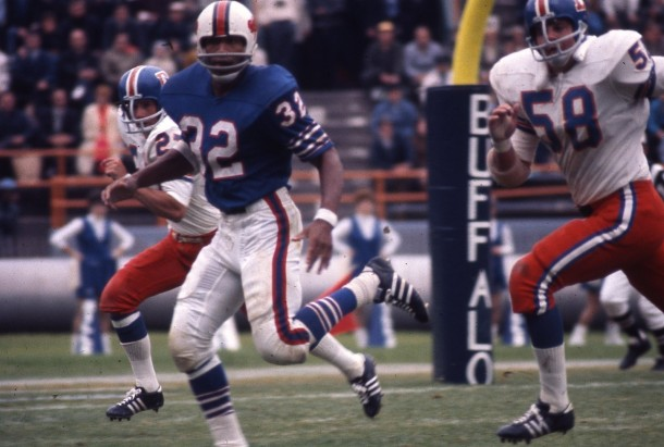 The prize in 1969 was you guessed it OJ Simpson - Photo via http://www.grayflannelsuit.net/blog/classic-nfl-game-action-slides-1960s-1970s-1980s